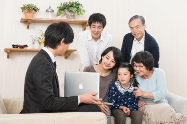 保険について聞く家族