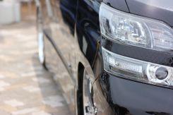 違法駐車する車