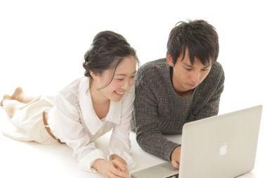 賃貸物件を探すカップル