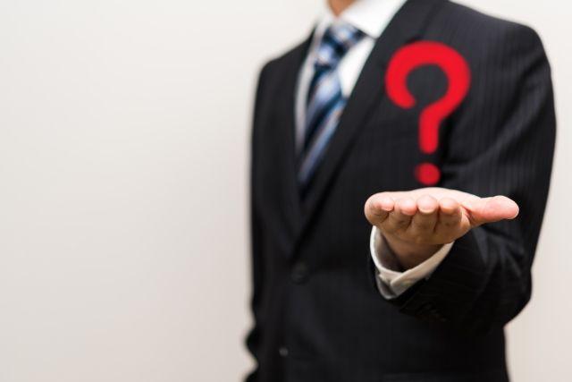 賃貸物件の転貸に関する疑問を持つ男性