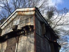 朽ちている空き家