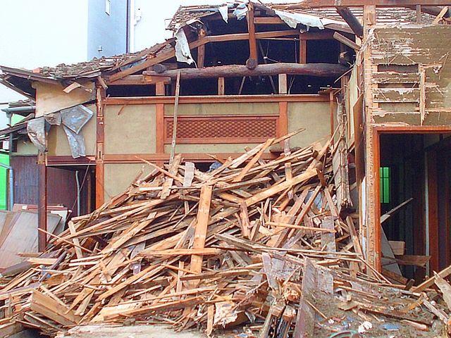 倒壊する空き家