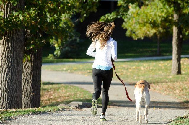 戸田公園をジョギングする女性