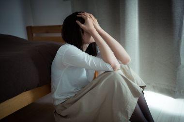 高額な原状回復費に悔やむ女性