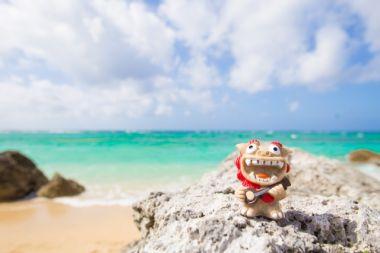 沖縄のビーチとシーサー