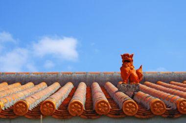 シーサーと赤瓦の屋根