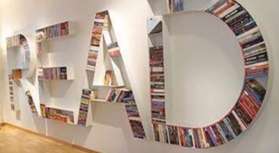 室内の壁に本棚を使って