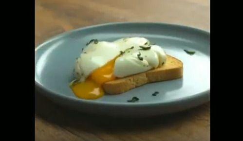 トーストに卵を乗せれば完成