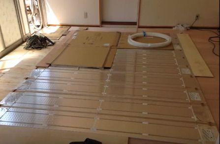 床暖房パネルを張る