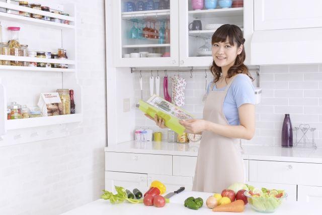 料理中に野菜くずを処理する女性