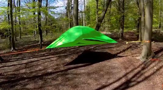 宙に浮くテント