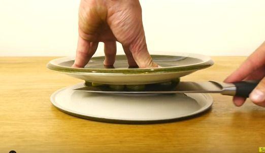 皿に挟んでスライス