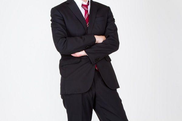 手入れがされたスーツを着るビジネスマン