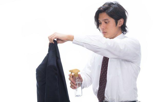 きちんとスーツの手入れをするビジネスマン