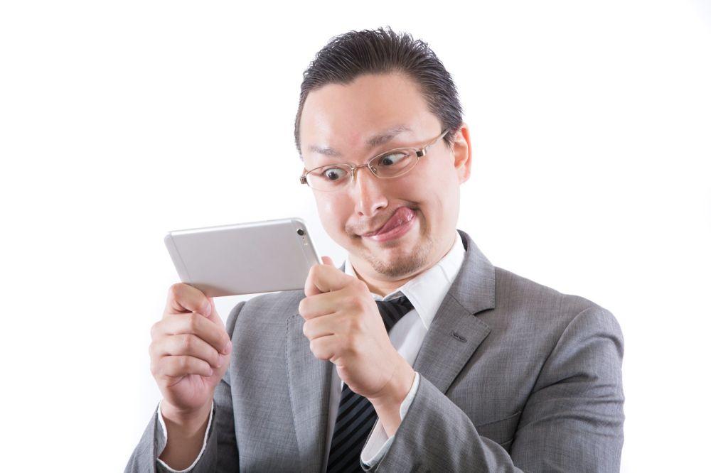 動画配信サービスを楽しむ男性