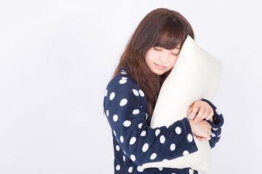 枕の向きを気にする女性