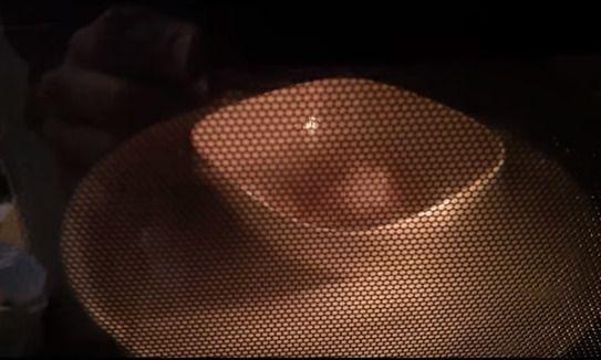 電子レンジで調理中の卵