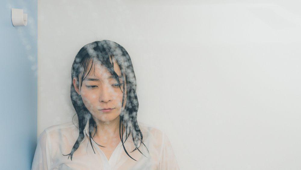 シャワーカーテンなしで濡れる女性