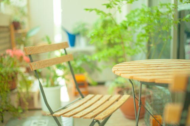 マンションのベランダに置いた折りたたみテーブルと椅子