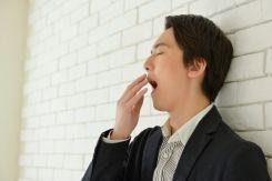 ランチ後の眠気に襲われるビジネスマン