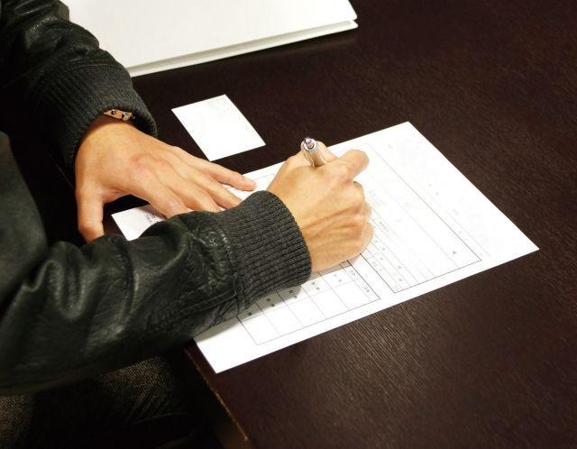 賃貸物件の契約書にサインをする男性