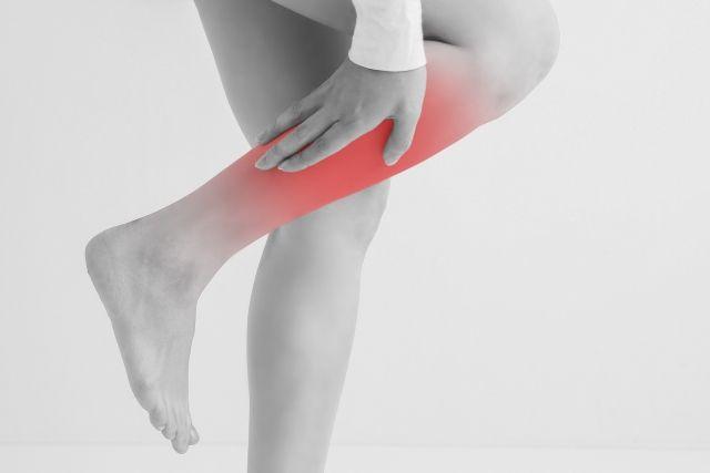 脚がむくんで痛む女性