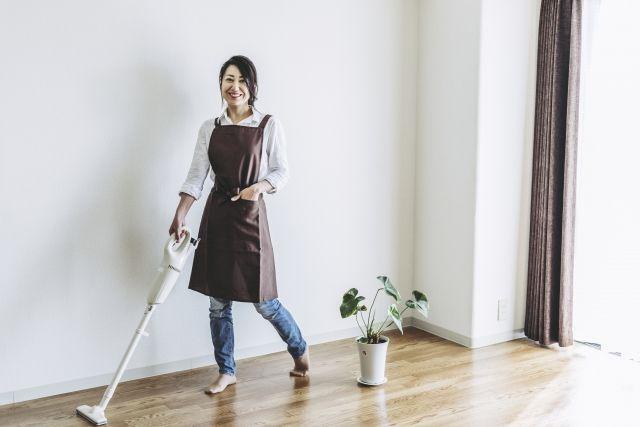 テクニックを押さえて掃除をする女性