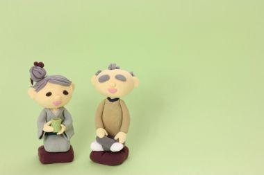 お茶を飲んでくつろぐ老夫婦