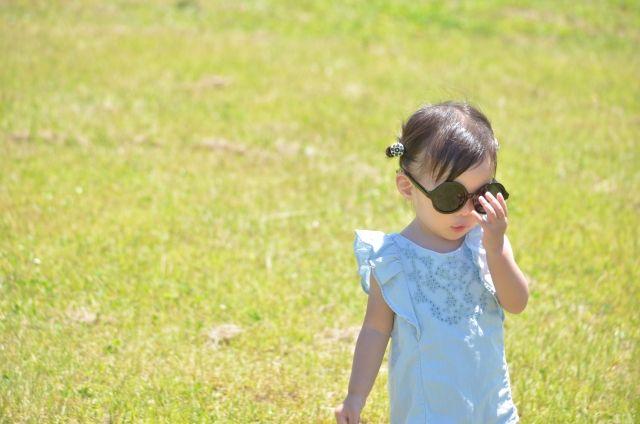 日焼け止めを塗って遊ぶ子ども