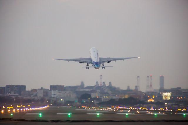 福岡空港を離陸する飛行機