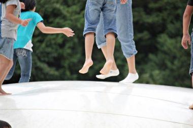 県営中城公園のトランポリンで遊ぶ子ども達