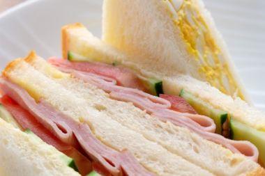 きゅうりとハムのサンドイッチ