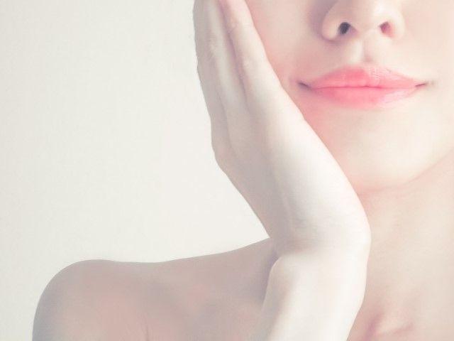 基礎化粧品で保湿する女性