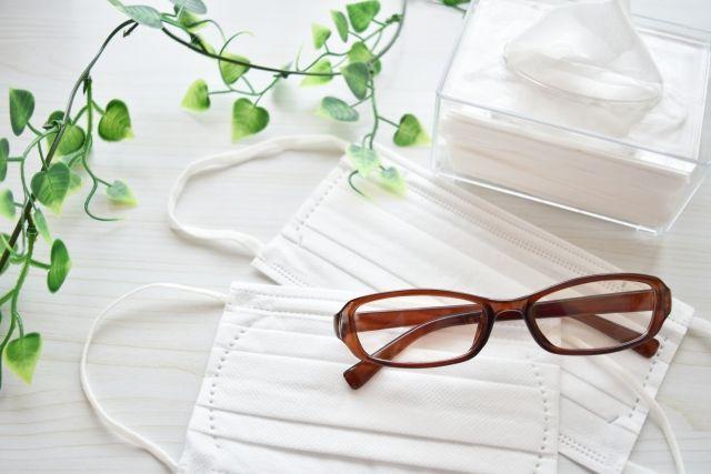 花粉症対策用の眼鏡とマスク