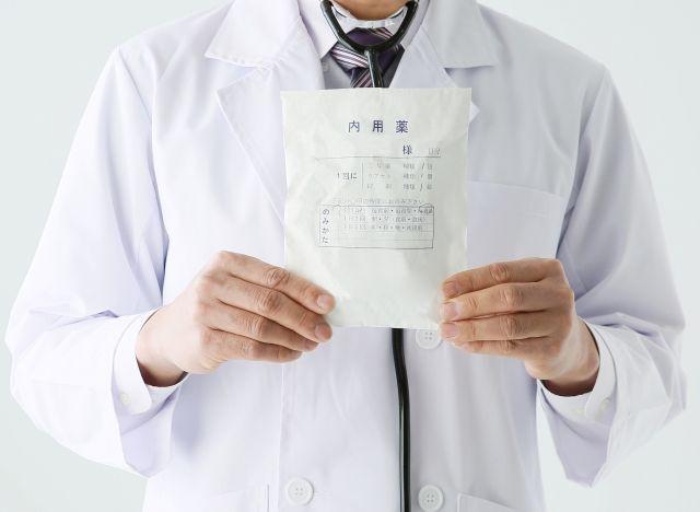 花粉症の治療薬を処方する医師