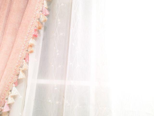 春らしく模様替えした部屋のカーテン