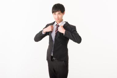 自宅でクリーニングしたスーツを着るビジネスマン