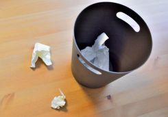 ゴミ箱からあふれたゴミ