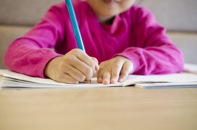 学習机で勉強する女の子