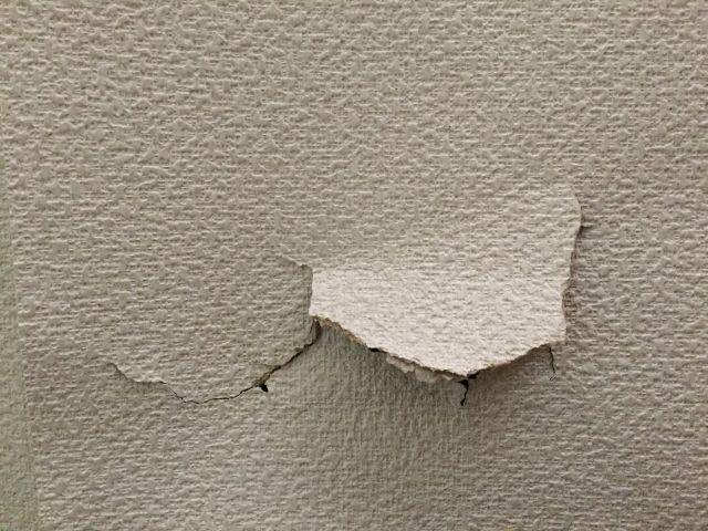 賃貸で壁に穴をあけたイメージ