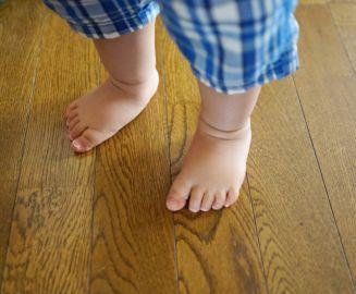 床を汚す子ども 水ロボが掃除