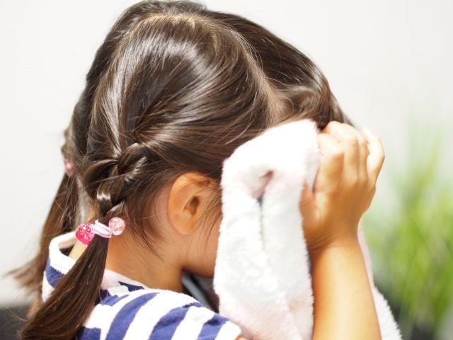 熱中症 女の子汗を拭く