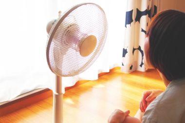 女の子と扇風機