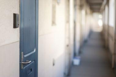 マンションの廊下とドア