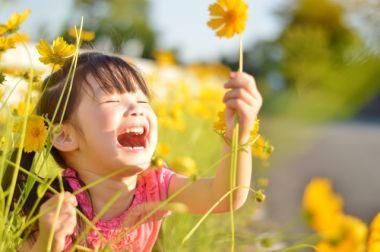 花を持つ笑顔の女の子