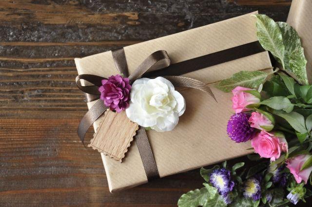 プレゼントボックスとお花