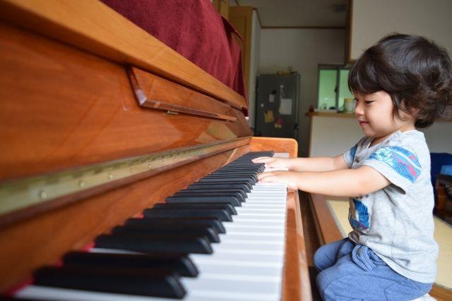 リビングのピアノを触る男の子