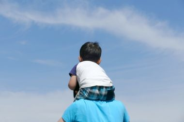 空を見上げるパパと息子