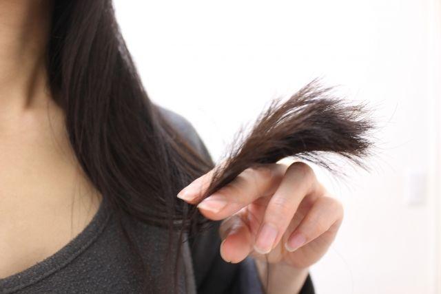 毛先の傷みが気になる女性