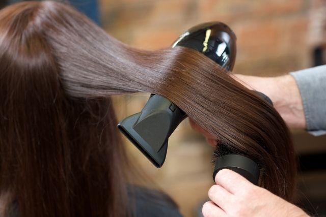 美容室で髪を乾かす